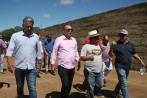 Ao longo da barragem com os deputados e o técnico