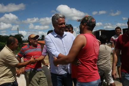 Presidente Alex saúda moradores em Pinhões
